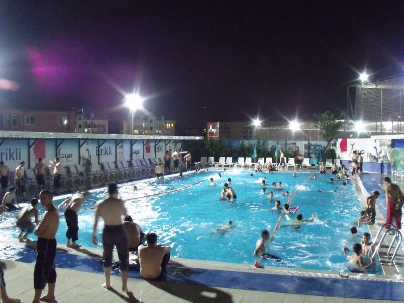 Yazın havuz programları düzenlenmektedir.
